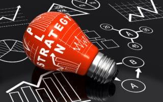 Rote Glühbirne mit Marketingschrift