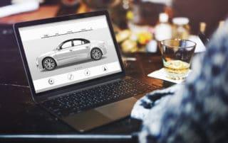 Online Autokauf auf Laptop
